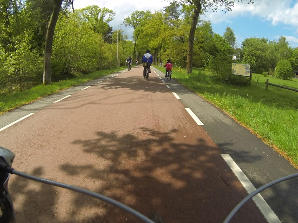 Op sommige plekken is de Reeshofdijk een prachtige fietssnelweg